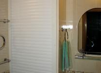 Шкаф с рольставнями в ванной