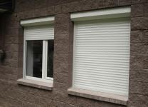 Металлические рольставни на окнах