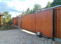 Автоматические откатные ворота с деревянным наполнением
