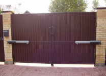 Распашные ворота с электроприводом - фото