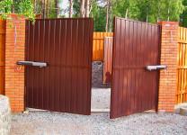 Распашные ворота из профнастила с электроприводом
