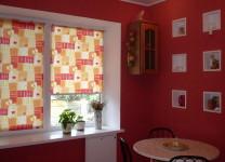 Рулонные шторы с рисунком на кухне - фото