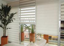 Фото: светлые рулонные шторы Зебра