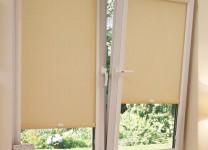 Фото: кассетные рулонные шторы на пластиковые окна