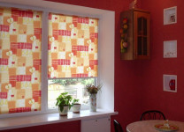 МИНИ рулонные шторы на кухне - фото